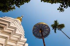 Thaise Boeddhistische pagode & gouden paraplu Stock Foto