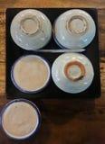 Thaise desserts, het gestoomde Snoepje van de pandanuscake in een kop, Khanom thuay, in houten plaat op houten achtergrond Gemaak royalty-vrije stock afbeelding