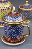 Thaise fijne de theekop van Bencharong van kunst traditionele vijf kleuren over blauwe onscherpe achtergrond royalty-vrije stock afbeelding