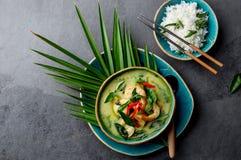 THAISE GARNALEN GROENE KERRIE Soep van de de traditie de groene kerrie van Thailand met garnalengarnalen en kokosmelk Groene Kerr stock foto