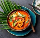 THAISE GARNALEN RODE KERRIE Soep van de de traditie rode kerrie van Thailand de Thaise met garnalengarnalen en kokosmelk Panaengk stock afbeelding