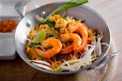 Thaise gebraden noedels met garnaal (Stootkussen Thai), popuplar cuis van Thailand Royalty-vrije Stock Foto's