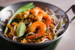 Thaise gebraden noedels met garnaal (Stootkussen Thai), popuplar cuis van Thailand Stock Afbeeldingen