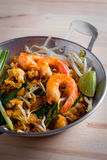 Thaise gebraden noedels met garnaal (Stootkussen Thai), popuplar cuis van Thailand Stock Foto