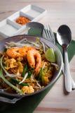 Thaise gebraden noedels met garnaal (Stootkussen Thai), popuplar cuis van Thailand Stock Foto's