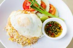 Thaise gebraden rijst met ei (Khao phat) Stock Afbeeldingen