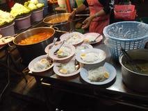 Thaise gegeten vermicelli, straatvoedsel, het festival van Boedha, Samutprakarn, Thailand stock afbeeldingen