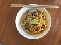 Thaise gele noedels met kerrie en kokosmelk Stock Afbeeldingen