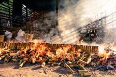 Thaise geroosterd die voedsel glutineuze rijst van bamboebuizen wordt gemaakt Stock Foto's