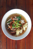 Thaise geroosterde varkensvleesnoedel met wonton royalty-vrije stock foto's