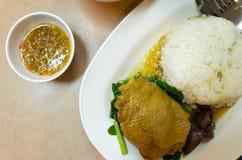 Thaise gestoomde kippenrijst met saus. (bovenkant) Royalty-vrije Stock Afbeelding
