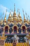 Thaise gouden pagode met blauwe hemel Stock Foto