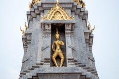 Thaise gouden pagode met blauwe hemel wanneer medio dag Stock Foto