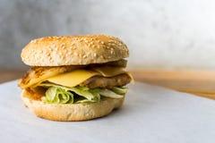 Thaise hamburger op houten lijst grijze achtergrond royalty-vrije stock afbeeldingen