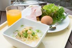 Thaise haverbrij en plantaardige salade Stock Foto