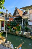 Thaise huizen langs Khlong Rob Krung Canal in Bangkok Royalty-vrije Stock Afbeelding