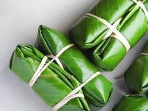 Thaise Kleverige die Rijst in Banaanblad wordt verpakt, Thais lokaal dessert royalty-vrije stock fotografie