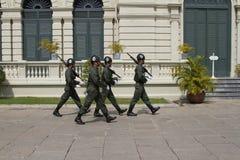 Thaise Koninklijke Wachten die in het Koninklijke Grote Paleis, Bangkok marcheren Royalty-vrije Stock Afbeelding