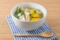 Thaise Kruidige Gemengde Groentesoep op een Witte Kom Stock Foto