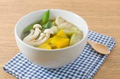 Thaise Kruidige Gemengde Groentesoep op Witte Kom Stock Afbeeldingen