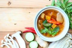 Thaise kruidige gemengde vegetales soep met paddestoelen Royalty-vrije Stock Foto's