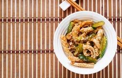 Thaise kruidige salade met pijlinktvis en komkommer in zoetzure saus royalty-vrije stock foto's