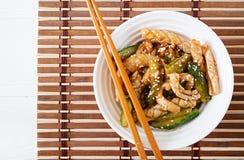 Thaise kruidige salade met pijlinktvis en komkommer in zoetzure saus royalty-vrije stock afbeelding