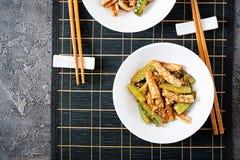 Thaise kruidige salade met pijlinktvis en komkommer in zoetzure saus stock foto's