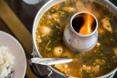Thaise kruidige tom yum soep in hete pot Stock Foto's