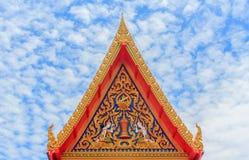 Thaise kunst bij dakbovenkant van Boeddhistische tempel in Bangkok, Thailand stock fotografie