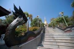 Thaise kunst op trap aan Gouden Pagode in Wat Pa Phu Kon-tempel Royalty-vrije Stock Afbeelding