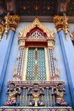 Thaise kunstreus met het standbeeld en de vensters. Royalty-vrije Stock Foto's