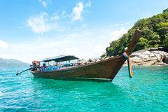 Thaise lang-staartboten in het strand, Koh Lipe in Satun, Thailand Stock Foto