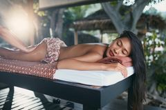 Thaise lichaamsmassage Vrouw die de Therapie van de Benenmassage krijgen bij Kuuroord stock afbeelding