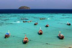 Thaise lokale vissersboten op kust bij Lipe-eilandstrand Stock Foto