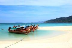 Thaise lokale vissersboten op kust bij Lipe-eilandstrand van Royalty-vrije Stock Afbeeldingen
