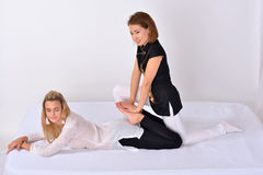 Thaise Massage Massagetherapeut die met vrouw werken Royalty-vrije Stock Foto