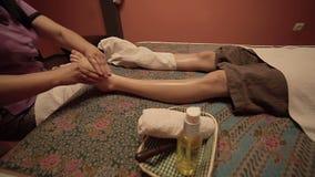 Thaise massage met kruiden stock video