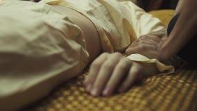 Thaise masseuse die langzaam client's hand en wapen masseren stock video