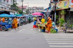Thaise mensen bij Prachuabkirikhan-provincie die zijn levensstijl tonen bij ochtendmarkt met vele monniken die rondwandelen Prach royalty-vrije stock afbeelding