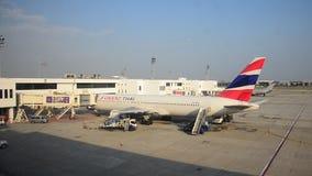 Thaise mensen die bagage laden om ruimte van vliegtuig op te slaan stock videobeelden