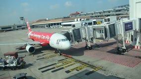 Thaise mensen die bagage laden om ruimte van vliegtuig voor vlucht op te slaan en voorbereidingen te treffen op te stijgen stock video
