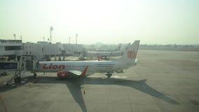 Thaise mensen die bagage laden om ruimte van vliegtuig voor vlucht op te slaan en voorbereidingen te treffen op te stijgen stock footage