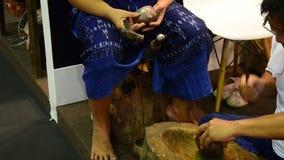 Thaise mensen die de gemaakte toestellen van het bronsmetaal werken stock video