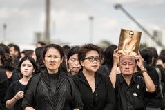 Thaise mensen die de hymne van Koning zingen Stock Foto's