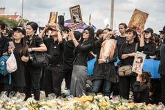 Thaise mensen die de hymne van Koning zingen Royalty-vrije Stock Foto's