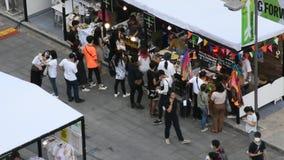 Thaise mensen en buitenlandse reizigers die reis lopen en in straatmarkt winkelen stock video