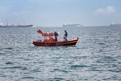 Thaise mensen en vissersboten in het overzees van Thailand Royalty-vrije Stock Foto