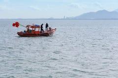 Thaise mensen en vissersboten in het overzees van Thailand Stock Fotografie