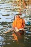 Thaise monnik op boot stock afbeeldingen